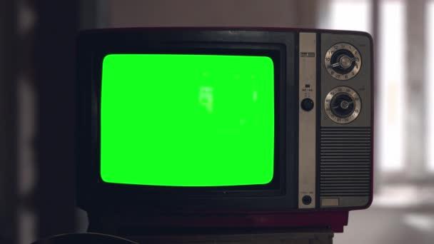 Kapcsolja be a régi cső vintage TV-t, mint kapcsolja ki. Fa stílusú retro TV-készülék kapcsolókkal. A régi divatos tévé bekapcsolva. Zöld képernyős chromakey. Gondolatok a képernyőn