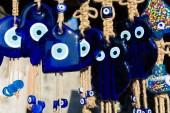 Uhrančivý pohled korálek souvenirs.broken sklo se taví a tvaru. V kultuře a víře obrázek oka je považován za mocný amulet chránit zlo. Je to mocný talisman v turecké kultuře
