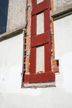 Building with metallic structure at repair