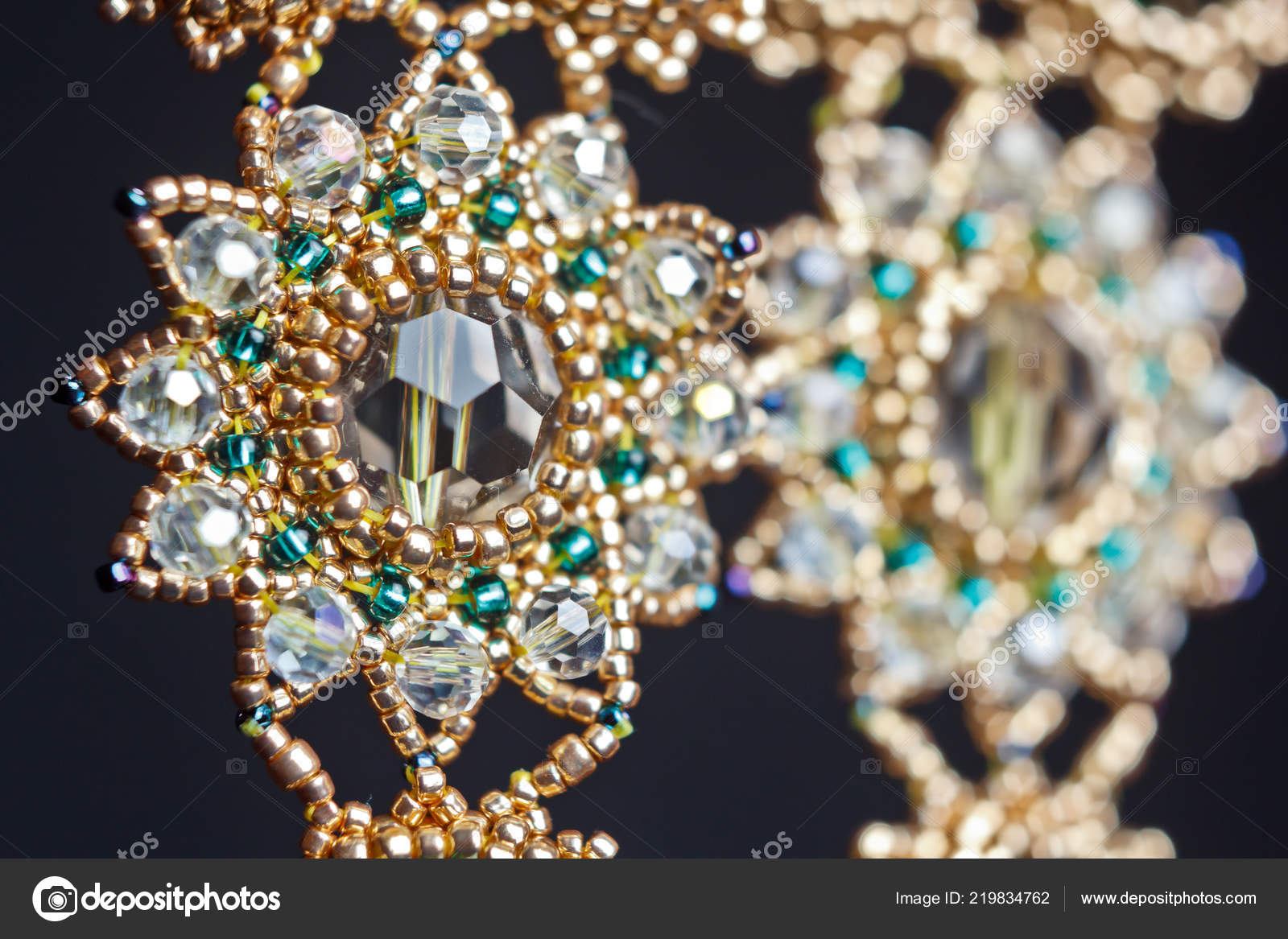 Χειροποίητα Κοσμήματα Χάντρες Στη Μακροεντολή Σκουλαρίκια Από Λευκές  Χάντρες Σκουλαρίκια — Φωτογραφία Αρχείου a4172222eee