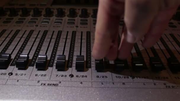 Zvukař vyvolává jezdců zvukové stopy na směšovače zvuku.