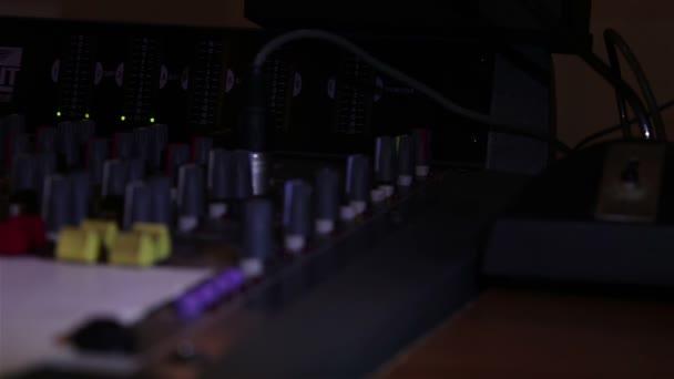 Visualizzazione della console audio con molti indicatori, cursori, pulsanti e relè.