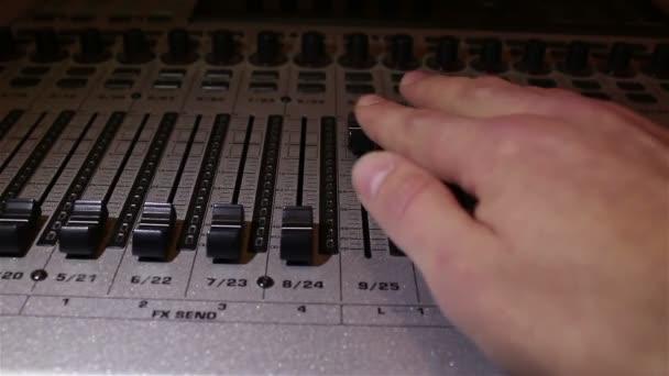 Zvukař snižuje jezdců zvukové stopy na směšovače zvuku, vypnutí zvuku. Soundbar detail.
