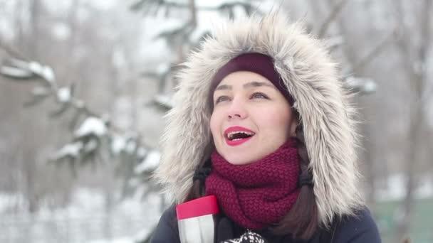 Krásná mladá dívka v romantickou náladu, úsměv a čekat na její přítel v destinaci winter park.