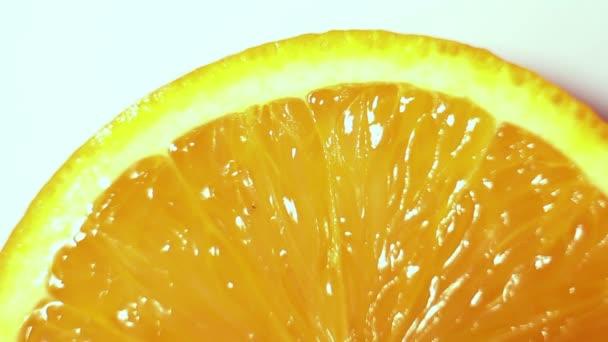 Wassertropfen fließen eine saftige reife Orange hinunter.