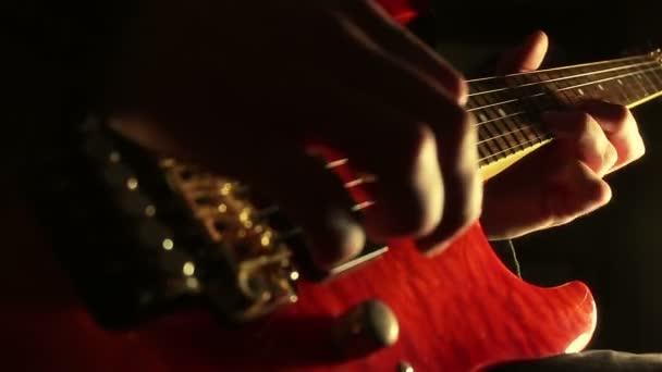 hudebník hrající na elektrickou kytaru.