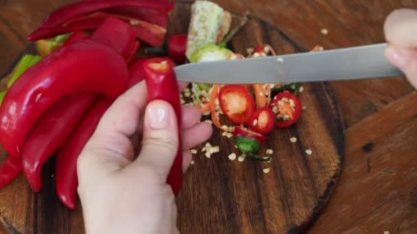 vaření z kavkazské horké pikantní koření Magda - odstranění semen z čerstvého ovoce feferonky