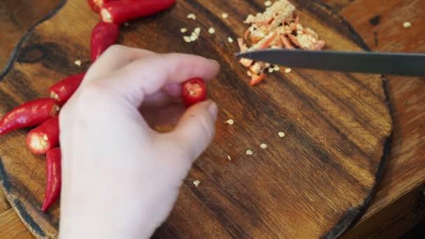 vaření z kavkazské horké pikantní koření Magda - odstranění semen z čerstvé malé červené papriky