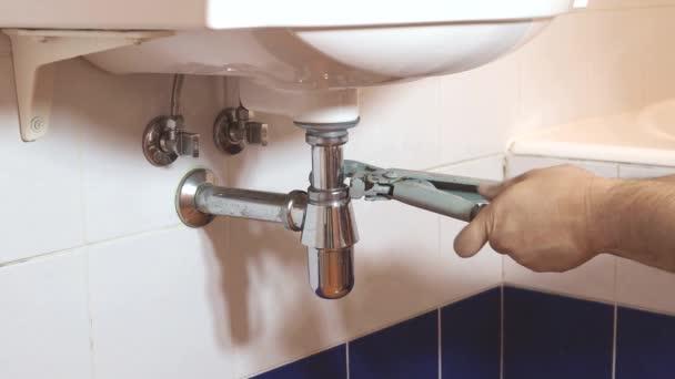 instalatér řeší dva nastavitelné Hasáky na sifon umyvadlo v koupelně
