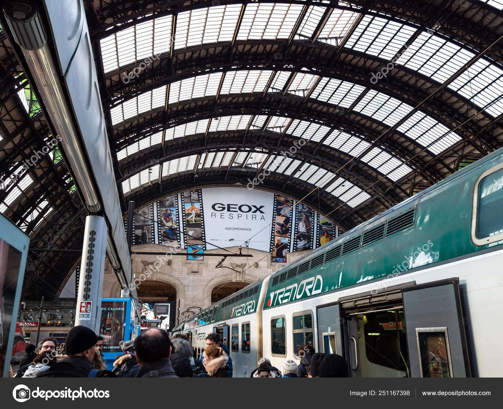 Ejecutable garaje Propio  Train in Stazione Milano Centrale railway station – Stock ...