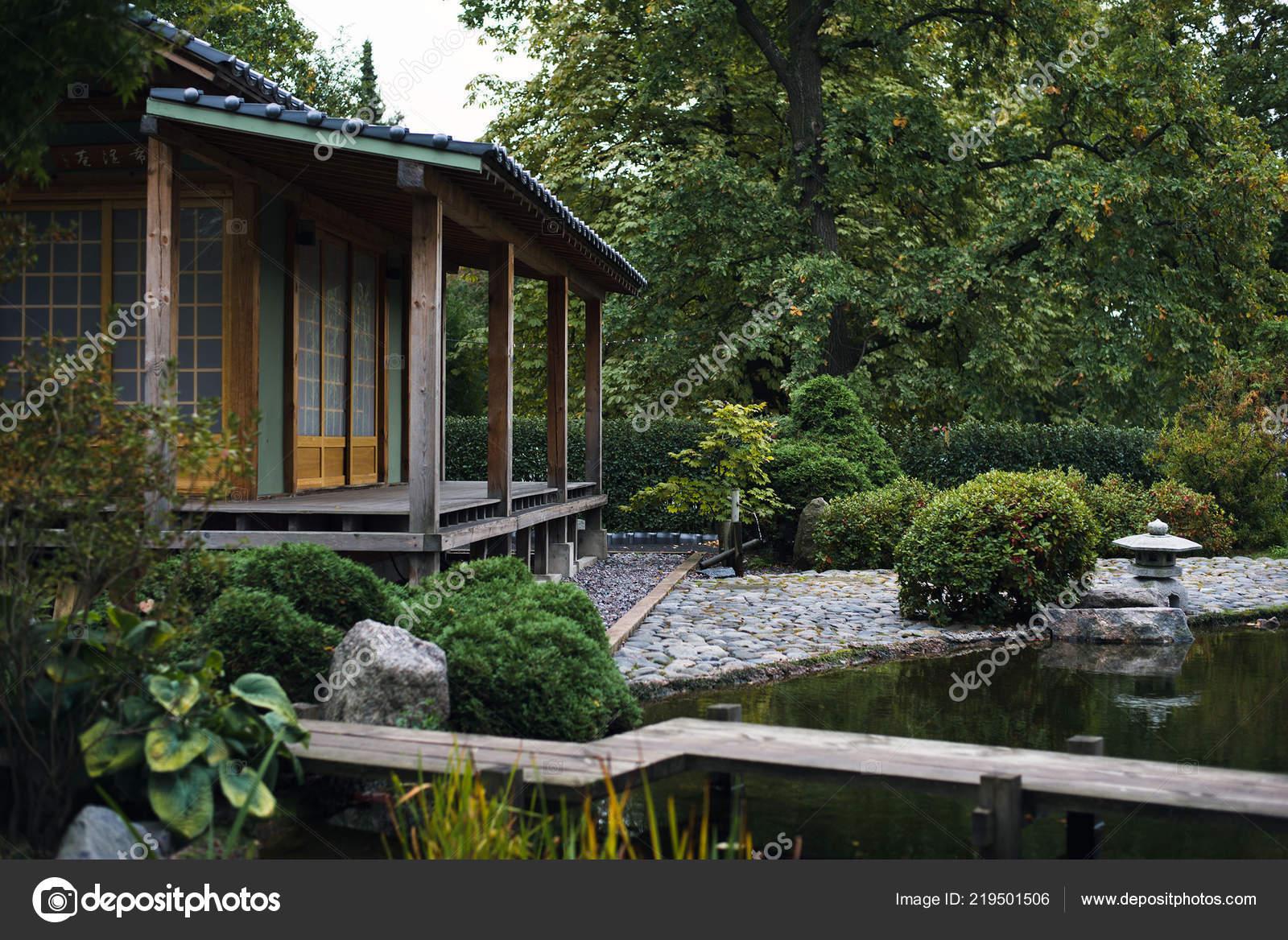 Casa Con Terrazza Nel Giardino Giapponese Foto Stock C Lobanova