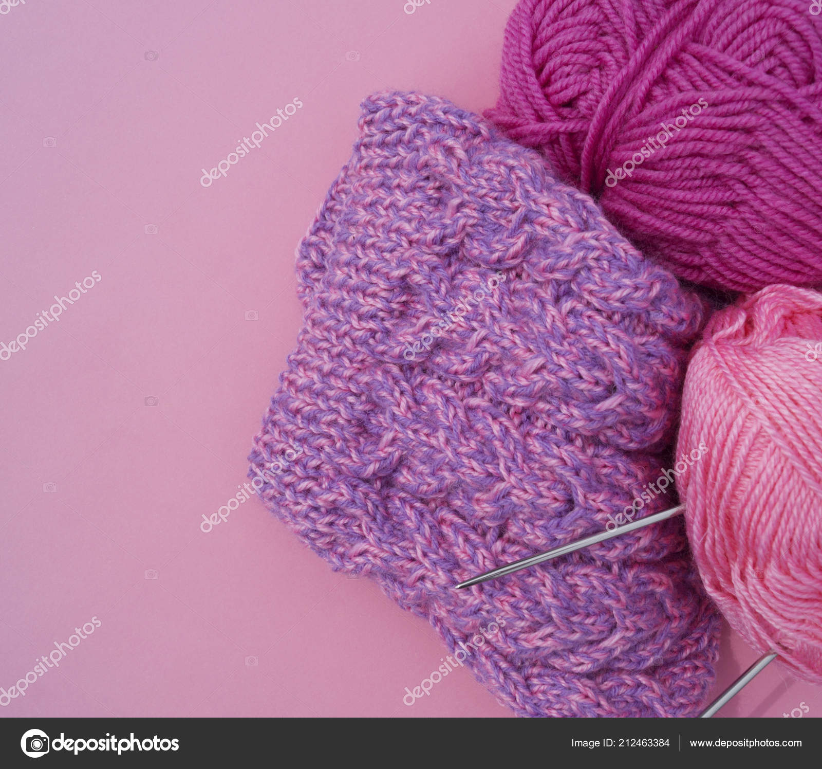 Processo Tricotar Gorro Lilás Fios Fundo Rosa Fio Acolhedor Seu —  Fotografia de Stock ab074f97900