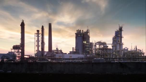 Ölraffinerie in der Nacht - Zeitraffer