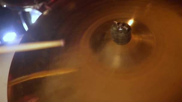 A dobos megüt a dob cintal, alsócomb swing Play, jazz lecke, közeli, kék fény