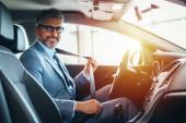obchodník zapíná bezpečnostní pás do auta