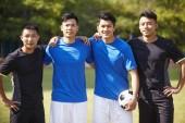 Außenporträt einer Mannschaft junger asiatischer Fußballer