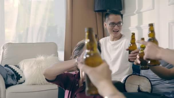 Gruppe von jungen asiatischen Erwachsene Männer trinken Bier Toasten zu Hause zu sammeln.