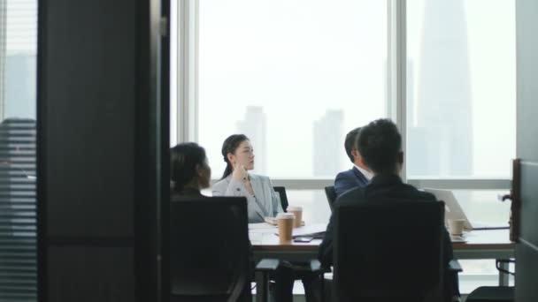 tým asijských podnikatelů setkání v moderní kancelářské konferenční místnosti