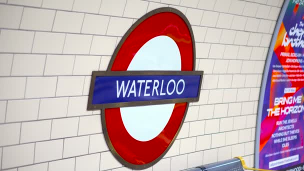 U-Bahn-Schild Waterloo in London, Großbritannien - Juni 2019
