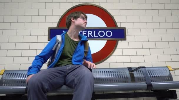 Waterloo U-Bahn-Station Schild in London, Großbritannien - Juni 2019