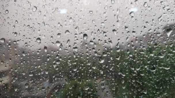 Déšť spadne na okenní sklo 4k 60fps