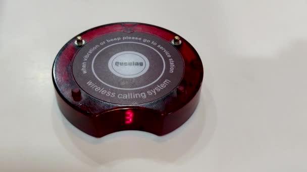 Warteschlange Durchsagen drahtloses Rufsystem mit rotem Licht blinkenden Alarm für Restaurant, Café, Café