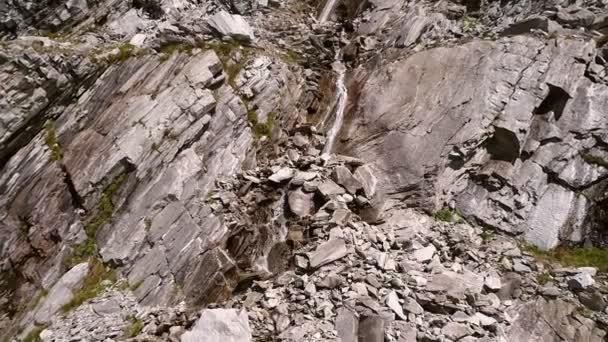 proud tekoucí mezi skalami pohoří Vysoké Taury v Korutanech, Rakousko