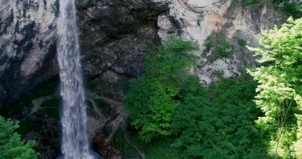 DRONY letu nad obří vodopád Wildensteiner vodopád v Rakousku