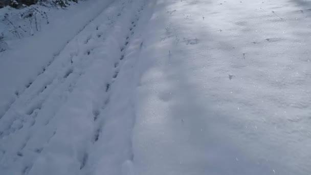 hóval borított fehér hegyoldalban napos téli reggelen