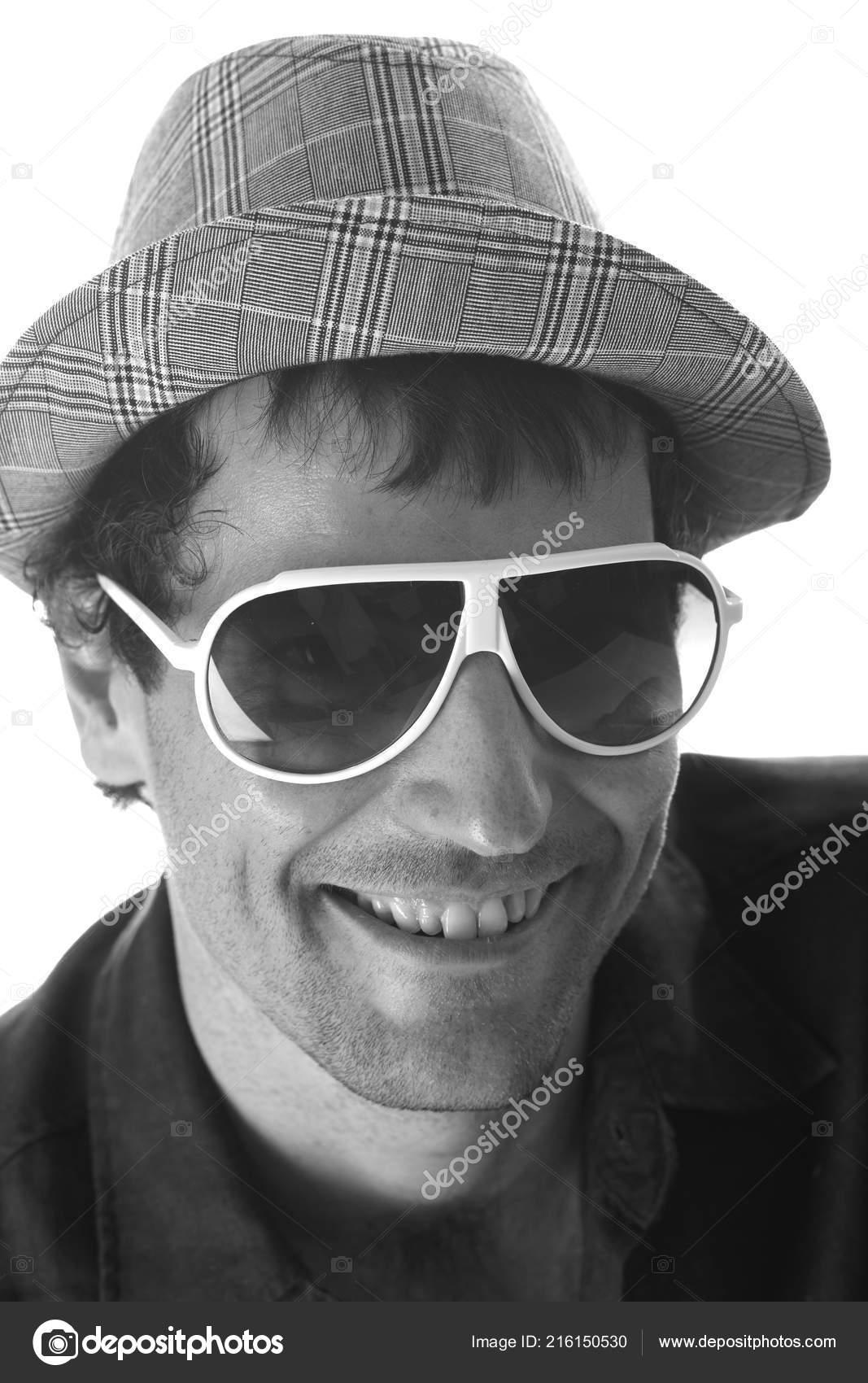 паркетную доску фото мужчины в шляпе и темных очках напишет для