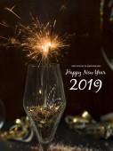 Nový rok pozadí s hořící prskavky skla a vánoční předměty na pozadí