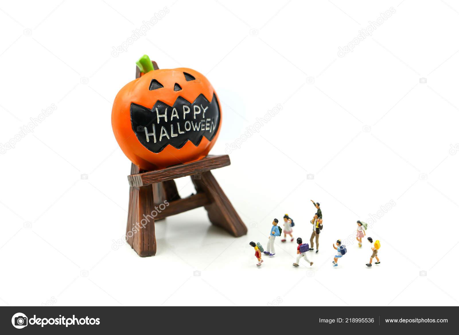 Halloween Gebruiken.Miniatuur Mensen Kinderen Met Halloweenversieringen Tekens