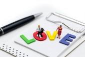 Photo Miniature people : Loving  couple relaxing enjoying feelings tog