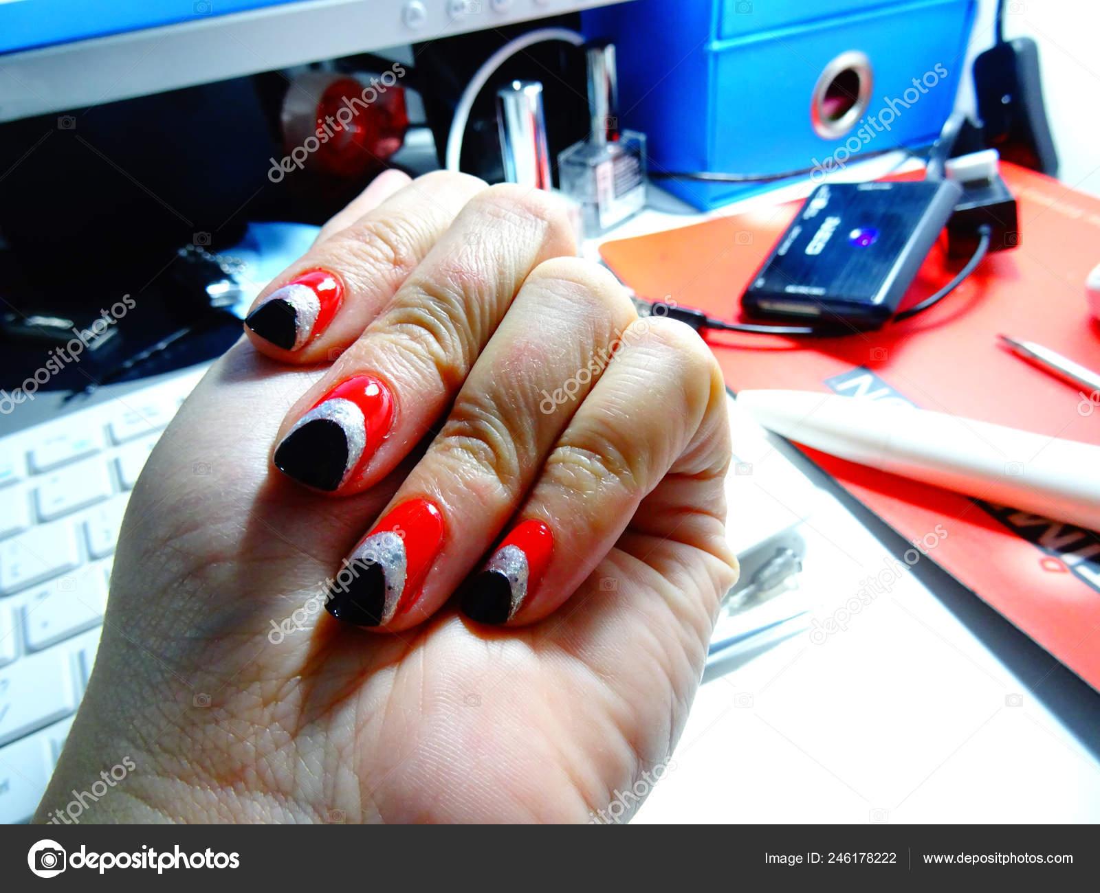 Rojo Negro Esmalte Uñas Arte Fotos De Stock Imagesto