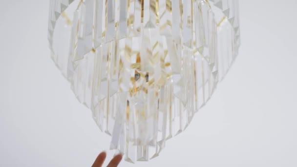 Zlatý křišťálový lustr a bílý strop jako luxusní bytový dekor, nábytek a interiér