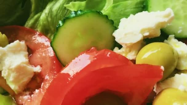Frischer Gemüsesalat mit Feta-Käse, Salat, Gurken, Tomaten und Oliven, gesunde vegetarische Kost, mediterrane Küche und Lebensmittel
