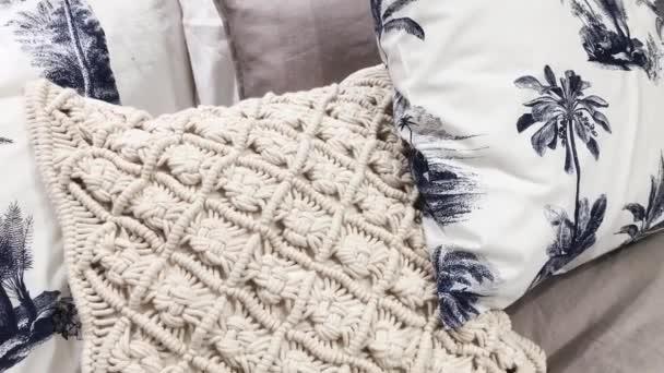 Ložní souprava a polštáře na king size posteli s tropickým motivem jako domácí dekorace v ložnici, luxusní design interiéru a nábytek