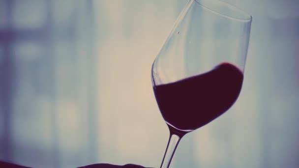 Sklenice červeného vína večer při západu slunce, sváteční nápoj a aperitiv jako zázemí pro alkohol a lihoviny značky