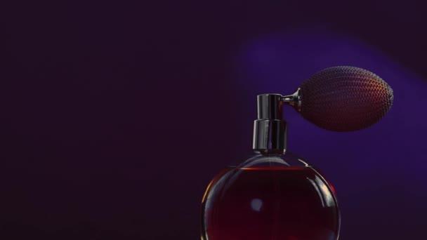 Vintage-Parfümflasche und leuchtende Lichterketten auf dunklem Hintergrund, glamouröser Duftduft als Luxus-Parfümerieprodukt für Kosmetik- und Schönheitsmarken