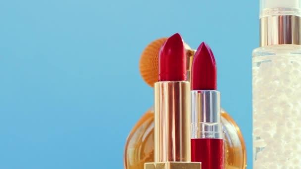 Make-up produkty na modrém pozadí, sada péče o pleť, parfémy a rtěnky, dovolená kosmetika a luxusní kosmetické značky
