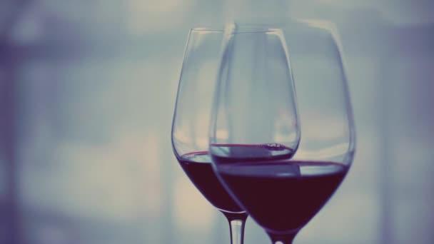 Romantikus randi este és ital két, pohár vörösbor beltéri borkóstoló esemény, üdülési ital és aperitif, mint háttér az alkohol és szeszes italok márka