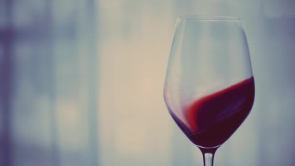Ein Glas Rotwein am Abend bei Sonnenuntergang, Feiertagsgetränk und Aperitif als Hintergrund für Alkohol und Spirituosen