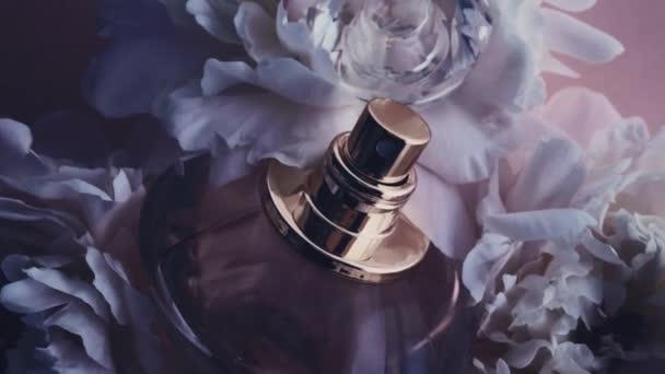 Lila Parfümflasche mit Pfingstrosenblüten, schicker Duftduft als Luxus-Kosmetik-, Mode- und Schönheitsprodukt Hintergrund