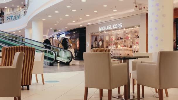 Interiér restaurace v moderním luxusním nákupním centru, módní značkové obchody a butiky jako ilustrativní redakční