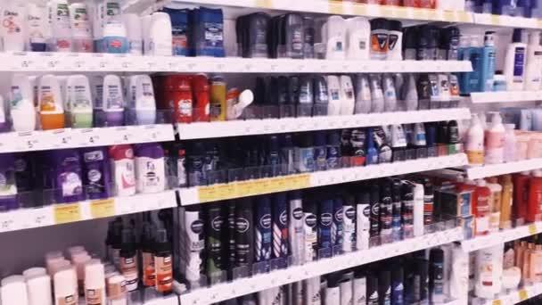 Police s kosmetikou a kosmetickými výrobky v lékárně, zákaznickým servisem a nákupy
