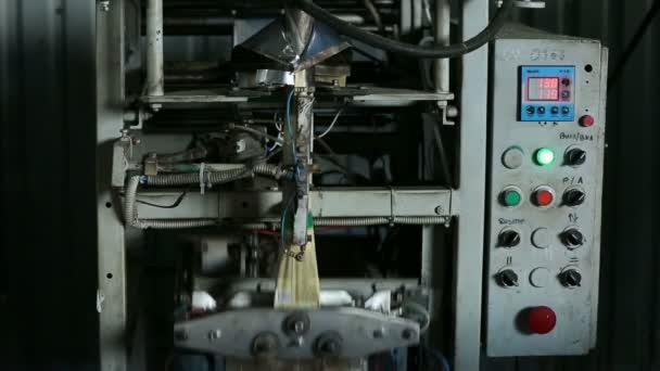 Výroba svačinka. Balicí řádek. Automatizované zpracování svačinu.