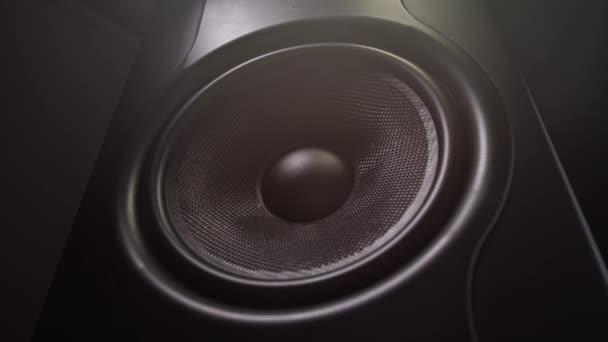 Výkonný reproduktor produkuje hlasitý zvuk. Sloupec třese. 4 k pomalé Mo