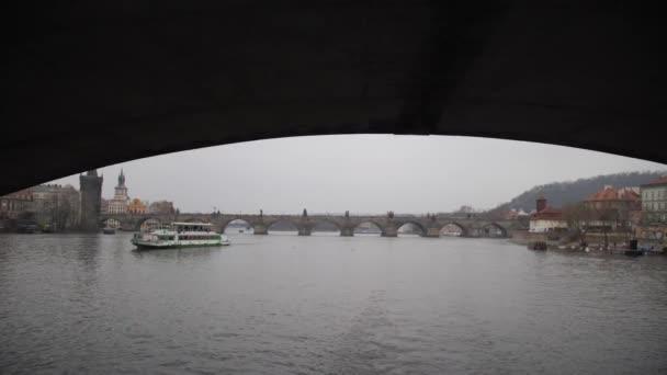 Řeka v Praze. Plavat pod mostem na vodě. 4k pomalá mo