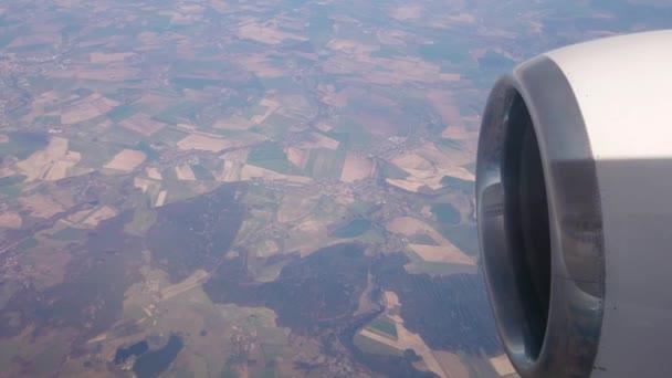 Flug mit dem Flugzeug. tief über der Erde. schöne bunte Stücke der Erde.