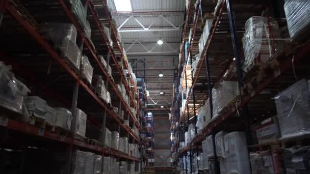 Logistický sklad. Shelving s produkty. Spousta krabic na policích. Kamera v pohybu. 4k pomalá mo
